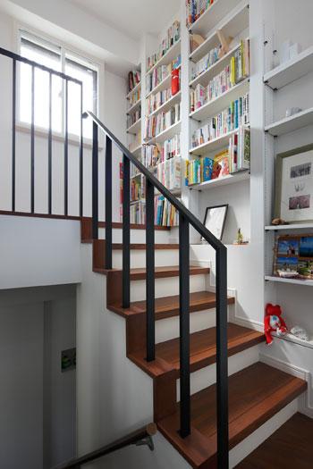 階段に本棚で、デッドスペースをライブラリーに! リノベーションスープ