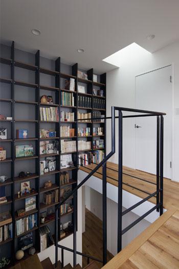 階段に本棚で、デッドスペースをライブラリーに!