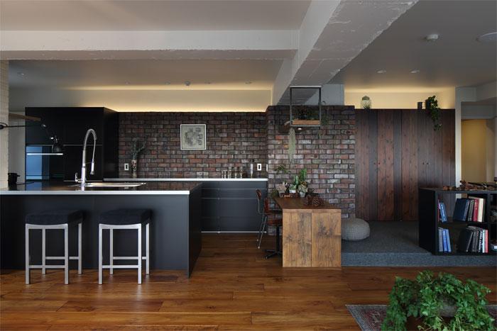 アンティーク煉瓦の壁が織りなす重厚感と素材感